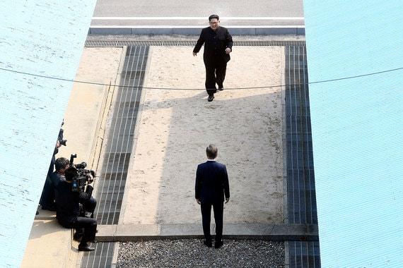 Лидер КНДР Ким Чен Ын и президент Южной Кореи Мун Чжэ Ин встретились в  пограничном пункте Пханмунджом, расположенном в демилитаризованной зоне  на военно-демаркационной линии между двумя странами