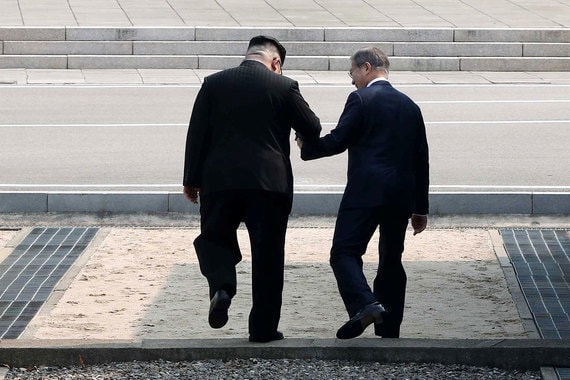 Лидеры государств обменялись рукопожатиями, затем лидер КНДР пригласил коллегу сделать шаг  на территорию своей страны. Побывав в Северной Корее, Ким Чен Ын и Мун Чжэ Ин перешагнули в Южную, на территории которой проходит саммит.