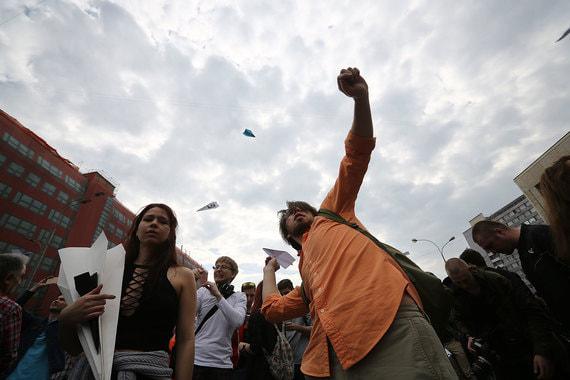 По итогам митинга он поблагодарил его участников: «Тысячи умных,  прогрессивных молодых лиц на митинге в Москве, несмотря на очереди на  рамках»