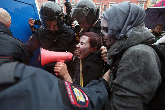 Во время акции задержали 12 человек, сообщает телеканал «Дождь» (на фото: задержание Варвары Михайловой, которая шла с портретом Владимира Путина)