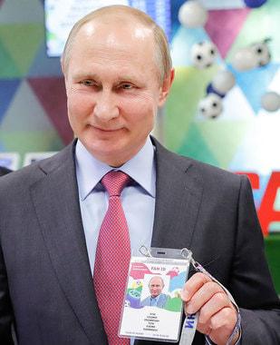 Президент Владимир Путин осмотрел Центр выдачи паспортов болельщика ЧМ-2018 в Сочи и получил свою ID-карту