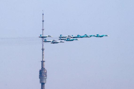 В Москве прошла репетиция воздушной части парада Победы на Красной площади. В прошлом году воздушную часть парада было решено отменить из-за неблагоприятных погодных условий 9 мая. На фото: «тактическое крыло» в составе самолетов Су-34, Су-35С, Су-30СМ и Су-27