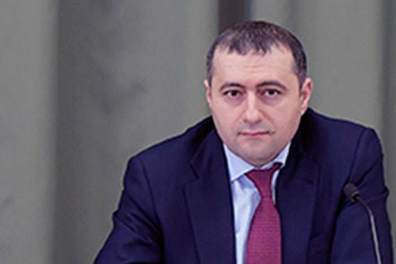 Семейный доход начальника правового управления Генпрокуратуры Артура Завалунова составил 16,2 млн руб., из них 15 млн руб. заработала его жена. В их собственности квартира и машино-место