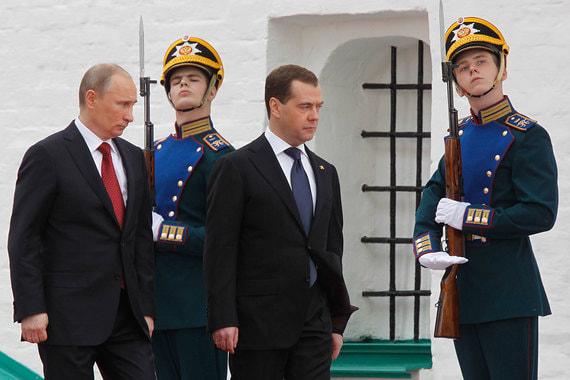 7 мая 2012 г. Дмитрий Медведев передает власть Владимиру Путину, который в третий раз становится президентом