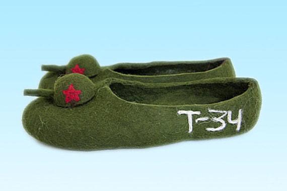 А компания «Русские валенки» – тапочки мужские «Т-34»