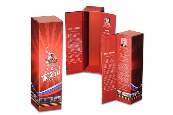 Также  в качестве подарка на 9 мая магазин предлагает футляр под спиртное «С днем Победы» с фотографиями Владимира Путина или Иосифа Сталина внутри