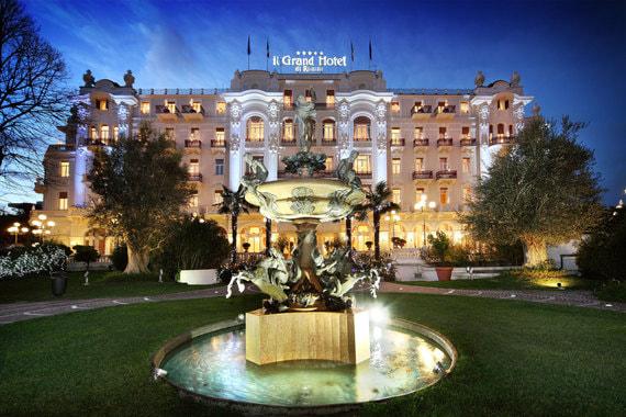Ночная подсветка сада и здания отеля
