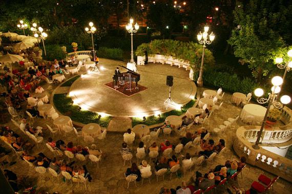 Танцевальная площадка, открытая в начале ХХ в., сейчас используется для проведения в том числе музыкальных вечеров
