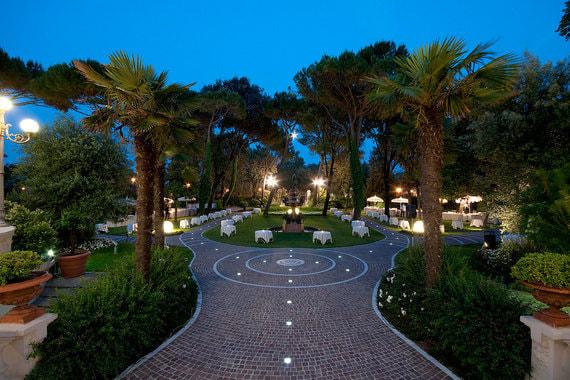 На территории отеля расположен небольшой парк