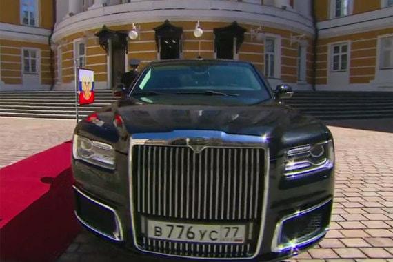 Владимир Путин приехал на инаугурацию на новом лимузине проекта «Кортеж». Проект предусматривает создание президентского лимузина и линейки автомобилей на единой модульной платформе для первых лиц страны. Разработкой автомобилей «Кортеж» занимается ФГУП «НАМИ». Инвестиции бюджета в проект – 12,4 млрд руб. Министр торговли и промышленности Денис Мантуров обещал, что автомобиль подготовят к инаугурации президента