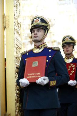 Специально изготовленный экземпляр официального текста Конституции РФ, который наряду со штандартом и знаком президента относится к символам президентской власти в России