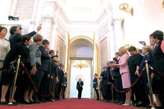 Путин заходит в Андреевский зал перед церемонией инаугурации