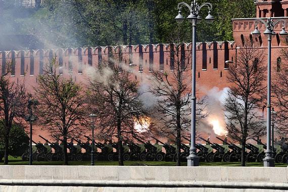 Артиллерийский салют из 30 залпов по окончании церемонии