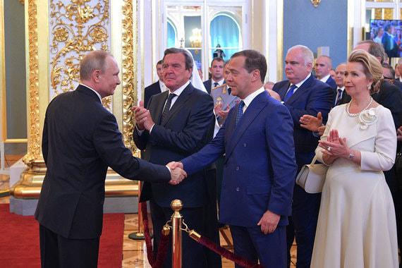 Президент Владимир Путин и председатель правительства Дмитрий Медведев после церемонии инаугурации в Кремле. Второй слева -  экс-канцлер Германии Герхард Шредер, справа - супруга премьера Светлана Медведева
