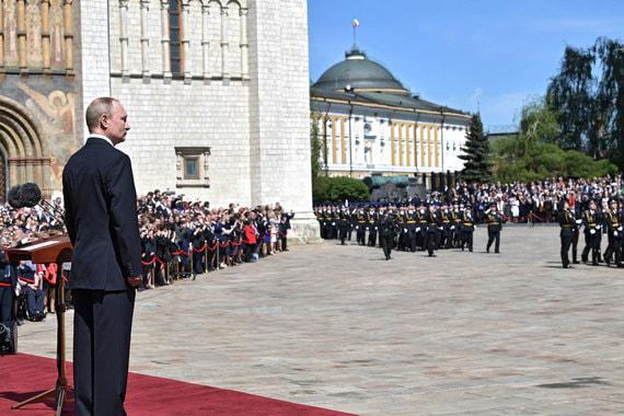 Представление личного состава президентского полка после церемонии инаугурации на Соборной площади Кремля