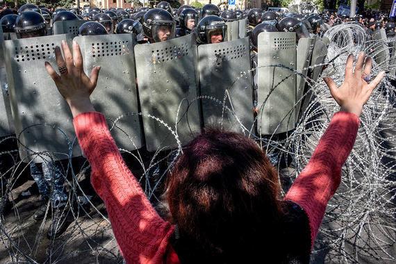 18-20 апреля. Тысячи протестующих по всей стране блокируют административные здания и перекрывают дороги. Пашинян формулирует требования от оппозиции. Среди них – уход Саргсяна и назначение на должность премьера «народного кандидата»
