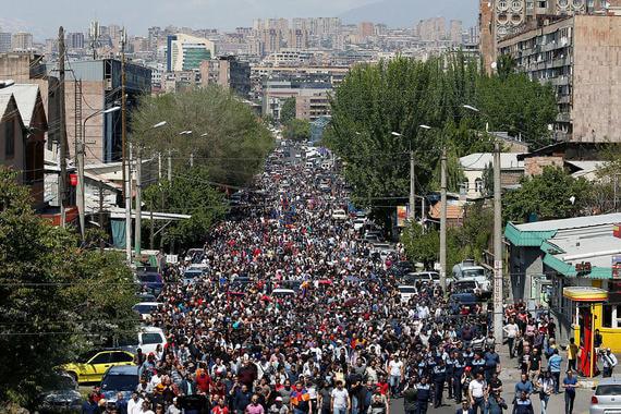 23 апреля. Пашиняна освобождают. Но акции протеста не стихают. Только в Ереване на площади Республики собралось около 200 000  человек. Вечером этого дня Саргсян уходит в отставку. И. о. премьера стал уже занимавший эту должность Карен Карапетян