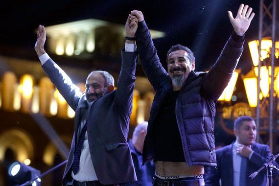 7 мая. Оппозиция готовится праздновать успех. В центре Еревана выступает солист System of a Down Серж Танкян (на фото справа), поддержавший протестующих. Пашинян объявляет 8 мая выходным днем