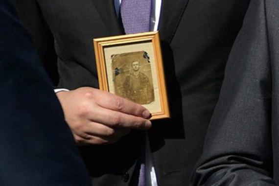 В руках у  Вучича — изображение его деда