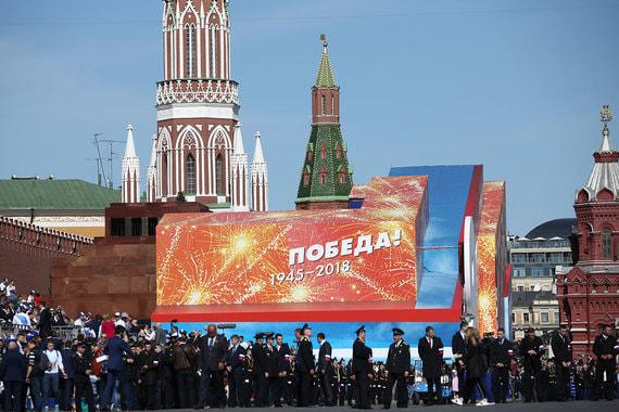 8 мая лидер КПРФ Геннадий Зюганов призвал президента Владимира Путина не  закрывать Мавзолей Ленина «всякими фанерками» на время парада в День  Победы 9 мая. На фото те самые «фанерки»