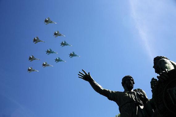 В параде приняли участие 75 самолётов и вертолётов. На фото «тактическое крыло» Липецкого авиацентра в составе самолетов Су-34, Су-35, Су-30СМ