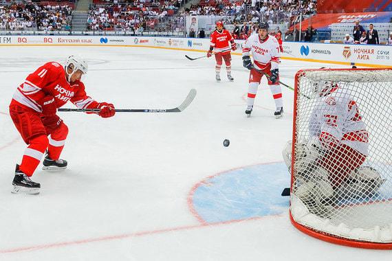 Команде Путина противостояла на льду сборная Ночной хоккейной лиги. За нее играли, например, губернатор Московской области Андрей Воробьев и гендиректор «Норильского никеля» Владимир Потанин