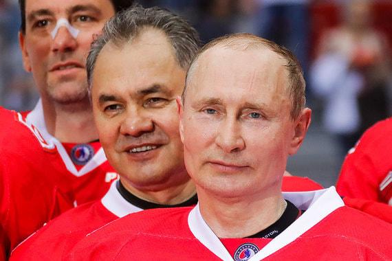 За президентскую команду играл и исполняющий обязанности министра обороны Сергей Шойгу (на втором плане)
