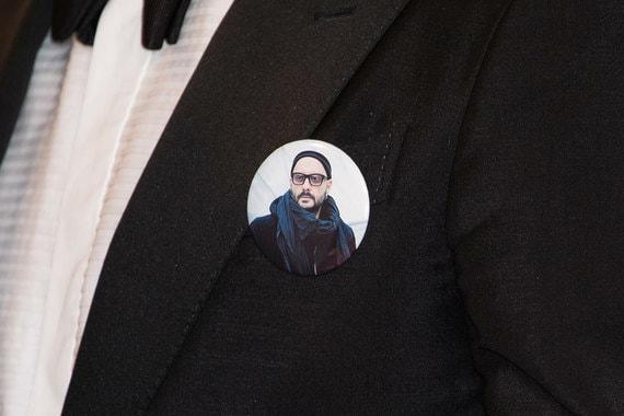 Еще одним способом выразить поддержку Серебренникову стали значки с портретом режиссера
