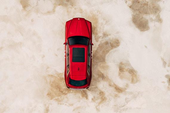 Компания называет Cullinan первым трехобъемным (т. е. с выделенным багажником) автомобилем в сегменте SUV. Тем не менее для доступа в багажник в кузове предусмотрена пятая дверь (впервые в машинах Rolls-Royce)