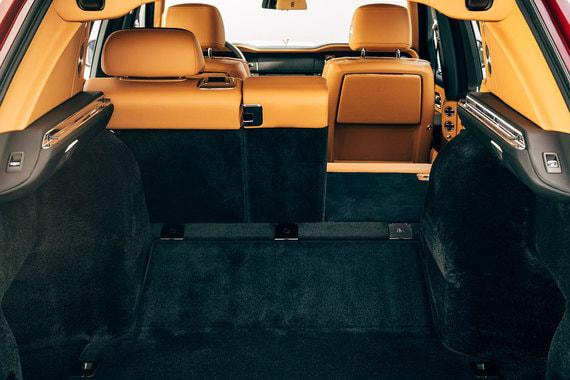 В Lounge Seat заднее сиденье можно сложить, впервые в истории Rolls-Royce. Для этого используются электроприводы