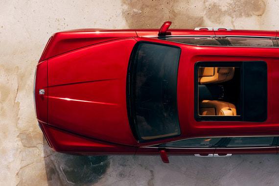 Задние пассажиры сидят чуть выше передних, так у них лучше обзор через окна и панорамную крышу. В передних сиденьях для них сделаны откидные столики и сенсорные мониторы