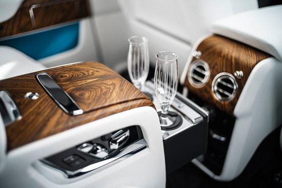 В Individual Seat задние пассажирских кресла разделены центральной консолью со встроенным шкафчиком для напитков, где помещаются декантер, бокалы для виски и шампанского и холодильник. Сиденья можно сдвигать в разных плоскостях и регулировать угол наклона