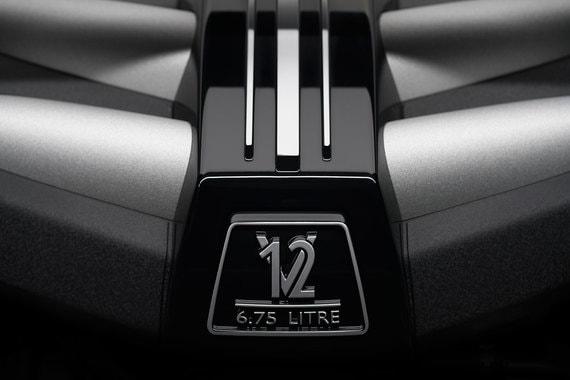 В SUV используется тот же двигатель V12 объемом 6,75 л с двумя турбонагнетателями, что и в Phantom VIII, но его мощность на 8 л. с. выше (571 л. с.), а крутящий момент на 50 Нм ниже (850 Нм при 1600 об./мин.).