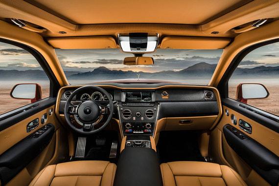 Все кожаные поверхности салона, с которыми соприкасается водитель или пассажир, включая подлокотники передних дверей, крышку-подлокотник центральной консоли, обивки задних стоек и центральный подлокотник сзади, оборудованы обогревом