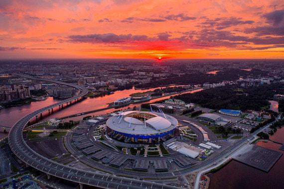 Стадион в Санкт-Петербурге открыли в 2017 г., на нем прошли матчи Кубка конфедераций, включая матч открытия и финал. Стадион строился почти 10 лет и обошелся примерно в 43 млрд руб., он рассчитан на 68 500 зрителей