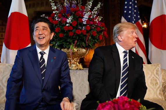 Премьер-министр Японии Синдзо Абэ (на фото слева)