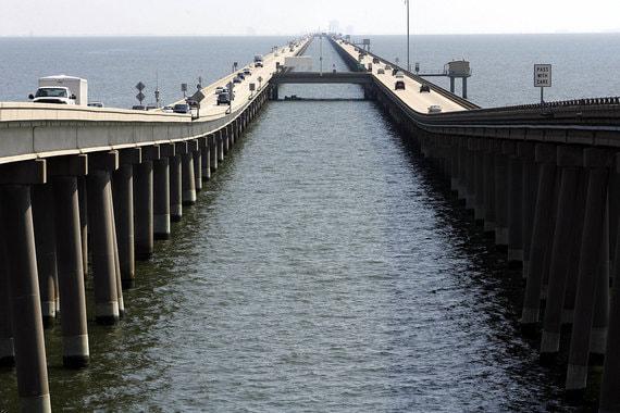 Старейший и самый длинный мост через озеро Мост-дамба через озеро Пончартрейн (автомобильный мост) Страна: США Длина: 38,4 км Открытие: август 1956, май 1969 Стоимость: $76 млн Считается одним из старейших мостов в мире – идея его постройки возникла ещё в XIX веке, но строительство началось в 1948 г. и завершено в 1956. До строительства моста Гонконг-Чжухай-Макао считался самым длинным мостом над водой в мире. Соединяет между собой города Мандевилл и Метайри в штате Луизиана. Сооружение состоит из двух параллельных мостов, первый из которых был открыт в 1956 г., второй открыт в 1969 г. Проезд по мосту платный, с 1956 г. его цена составляет $2. Ежегодный трафик увеличился с 50 000 машин в 1956 г. до 12 млн на сегодняшний день.