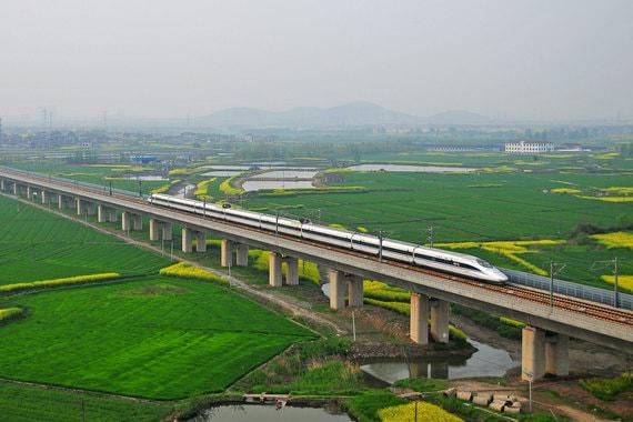 Самый длинный мост Даньян-Куньшанский виадук (железнодорожный мост, часть Пекин-Шанхайской высокоскоростной железной дороги) Страна: Китай Длина: 164,8 км Открытие - июнь 2011 Стоимость: $8,5 млрд Строительство моста началось в 2008 г. Виадук находится в Восточном Китае, между городами Нанкин и Шанхай. Около 9 км моста проложено над водой. Самый крупный водоем, который пересекает мост – озеро Янчэн в Сучжоу.
