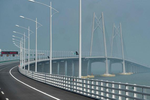 Самый длинный мост через водное пространство Мост Гонконг-Чжухай-Макао (автомобильный мост) Страна: Китай Длина: 55 км Открытие: 2018 Стоимость: $15,9 млрд (по данным Nikkei Asian Rewiev) Строительство моста началось в 2009 г. Мост связывает Гонконг, Чжухай и Макао. Сооружение включает в себя подводный тоннель и три искусственных острова.