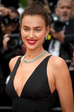 Российская модель Ирина Шейк, серьги и ожерелье с бриллиантами и изумрудами (весом 37,55 карата), коллекция High Jewellery