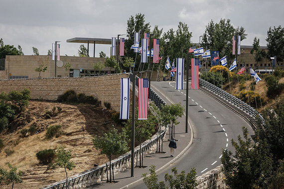 Посольство США располагается на окраине Иерусалима, в районе Арнона. Здание построили недавно, и до сих пор там располагалось генеральное консульство США в Израиле