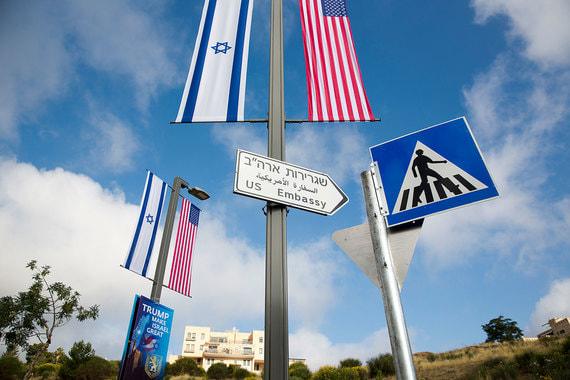 На прошлой неделе на улицах Иерусалима установили дорожные указатели к посольству на иврите, арабском и английском языках