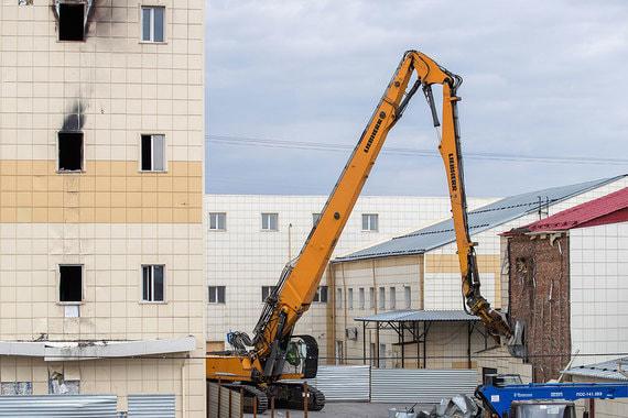 Всего в комплекс ТРЦ входят  семь строений из кирпича и железобетона. Начать со сноса  вспомогательных зданий решили для того, чтобы сделать демонтаж основного  здания ТРЦ «максимально безопасным», рассказал представитель  екатеринбургской группы «Реформа», которая занимается этими работами