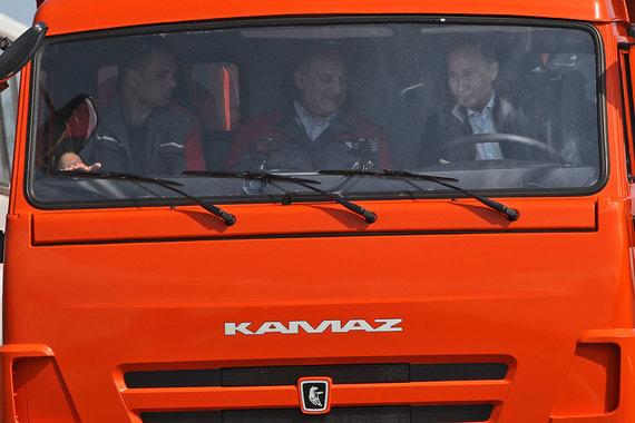 Путин проехал 19 км по мосту за рулем строительного «Камаза»