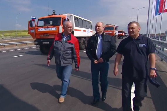 normal 17sc Путин проехал на грузовике по Крымскому мосту
