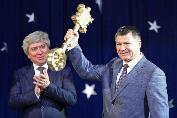 Губернатор Приморского края Андрей Тарасенко в прошлом году заработал 16,14 млн руб. Он владеет квартирой и гаражом-боксом, а также автомобилем Toyota Land Cruiser Prado, снегоходом Lynx IV NX Yeti 4TEX и прицепом «Тонар»