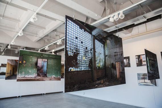 В фойе сейчас проходит выставка с фотографиями разрушенных цехов, сделанными накануне реконструкции