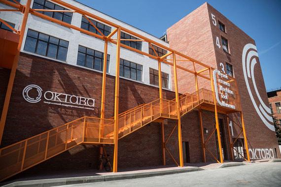 В Туле на месте заброшенных цехов завода микрофонов «Октава» появился одноименный, как его называют создатели, «творческий индустриальный кластер» – городское пространство с кафе, библиотекой, обучающими классами, лекторием и выставками