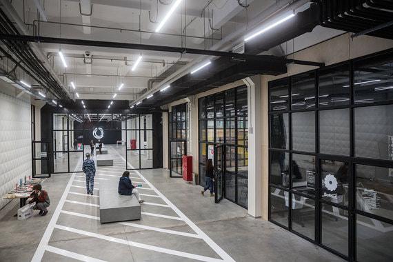 Новая «Октава» занимает пять этажей на месте заброшенных цехов. На первых двух расположены общедоступные зоны, на третьем будет открыто  учебное заведение, где сотрудники предприятий ОПК смогут переквалифицироваться для работы в гражданской сфере