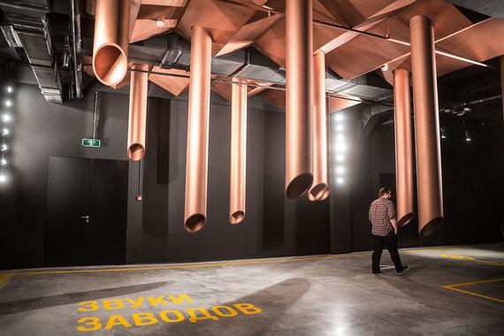 В середине экскурсии включается звуковая инсталляция, для которой собраны звуки работающих цехов, станков, машин и другой техники. Получается эффект присутствия на производстве
